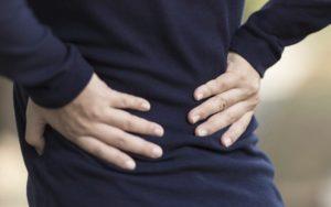 kvinde med lændesmerter
