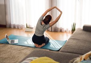 kvinde dyrker yoga for nakkesmerter